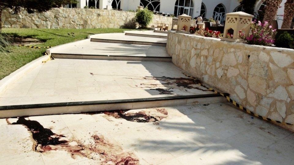 Stopy krve před hotelem Imperial Marhaba, kde zabíjel ozbrojený útočník