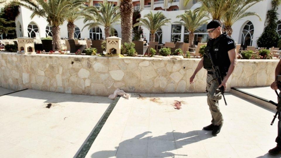 Policisté před hotelem Imperial Marhaba, který se stal terčem útoku ozbrojence