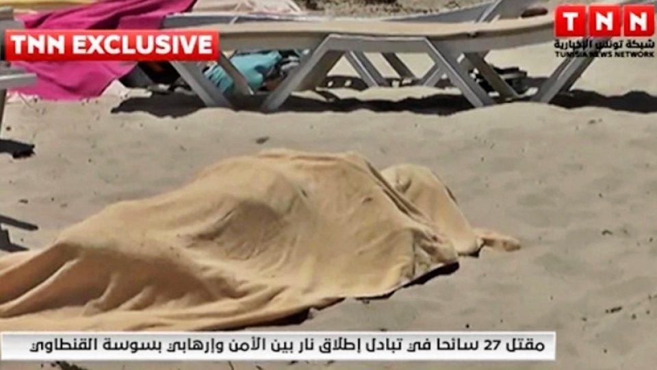 Tělo jedné z obětí střelby u hotelu Imperial Marhaba na záběrech televize TNN