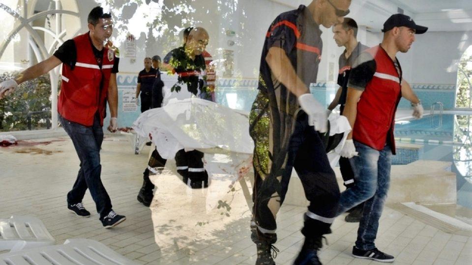 Záchranáři odnášejí tělo jedné z obětí útoku v hotelu Imperial Marhaba