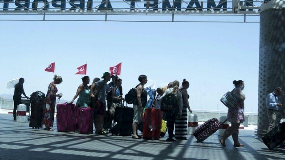 Cestovní kanceláře z celé Evropy evakuují po pátečním teroristickém útoku z Tuniska tisíce svých zákazníků a ruší zájezdy