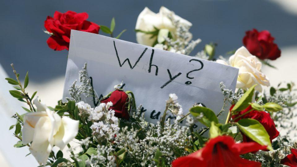 Lidé na pláž, kde došlo k útoku, přinášejí květiny