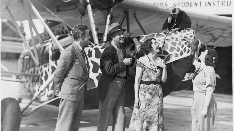 Martin (druhý zleva) a Osa (první zprava) Johnsonovi čekají na letišti ve Springfieldu, až se vyjasní počasí.