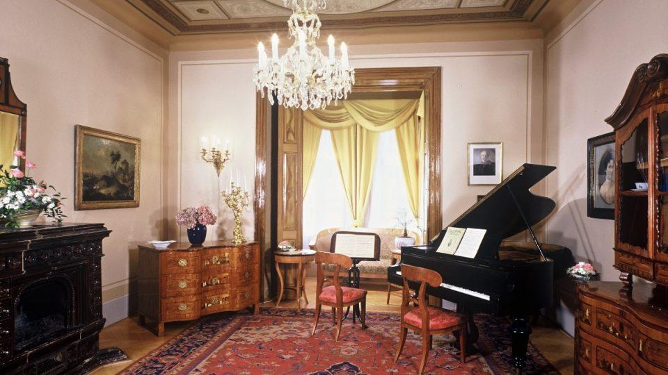 V Památníku Antonína Dvořáka umístěném v zámku ve Vysoké je dodnes hudební salon