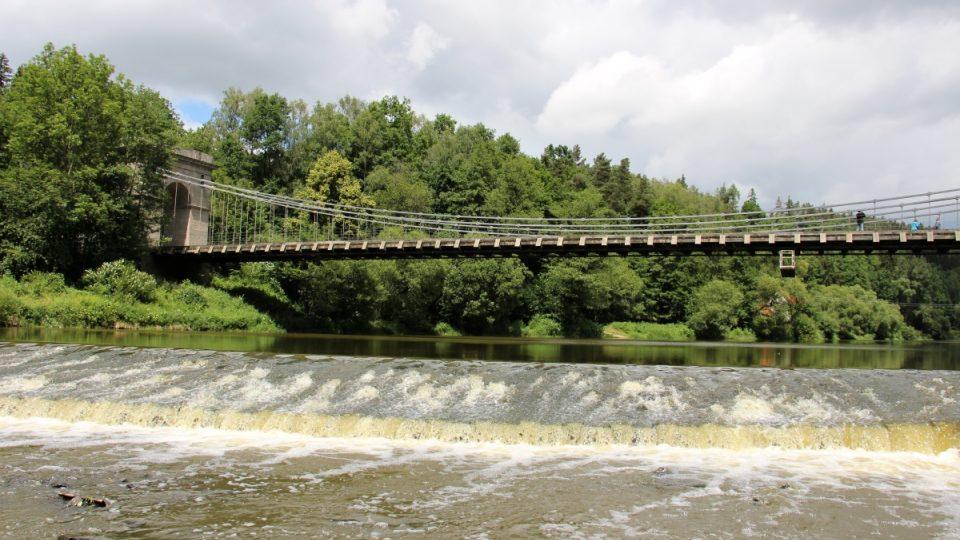 Stádlecký most - mezi stromy bývalý domek převozníka