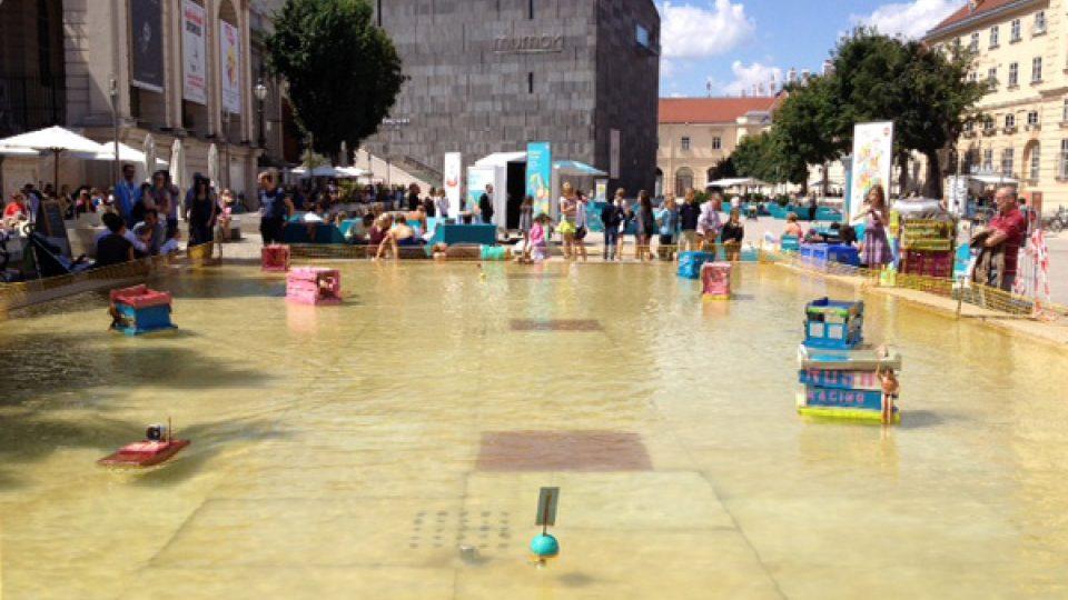 Pouštění lodiček přímo v centru Vídně
