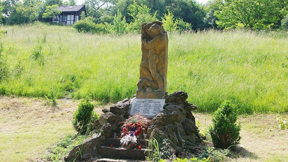 Nedaleko odbočky ke Švédským šancím stojí pomník padlých
