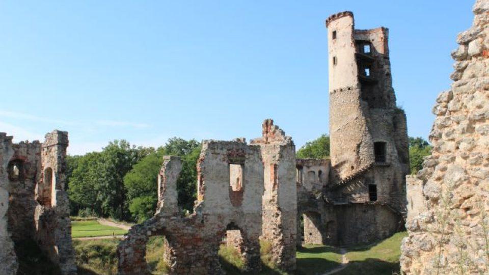Na věži je patrné původní zdivo gotického hradu a navýšená část zámekcé věže