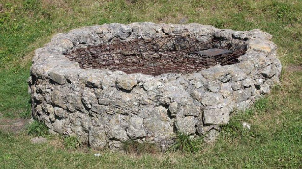 Studna, která byla součástí původního středověkého hradu