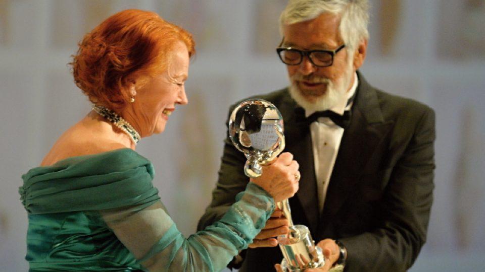 Herečka Iva Janžurová převzala na 50. ročníku MFF v Karlových Varech cenu za mimořádný přínos české kinematografii