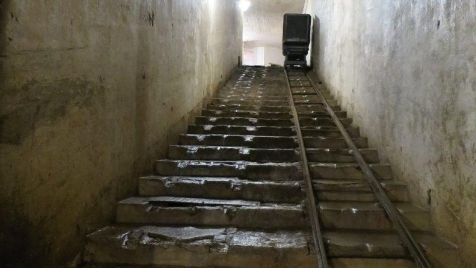 Šikmý výtah a úzkorozchodné koleje