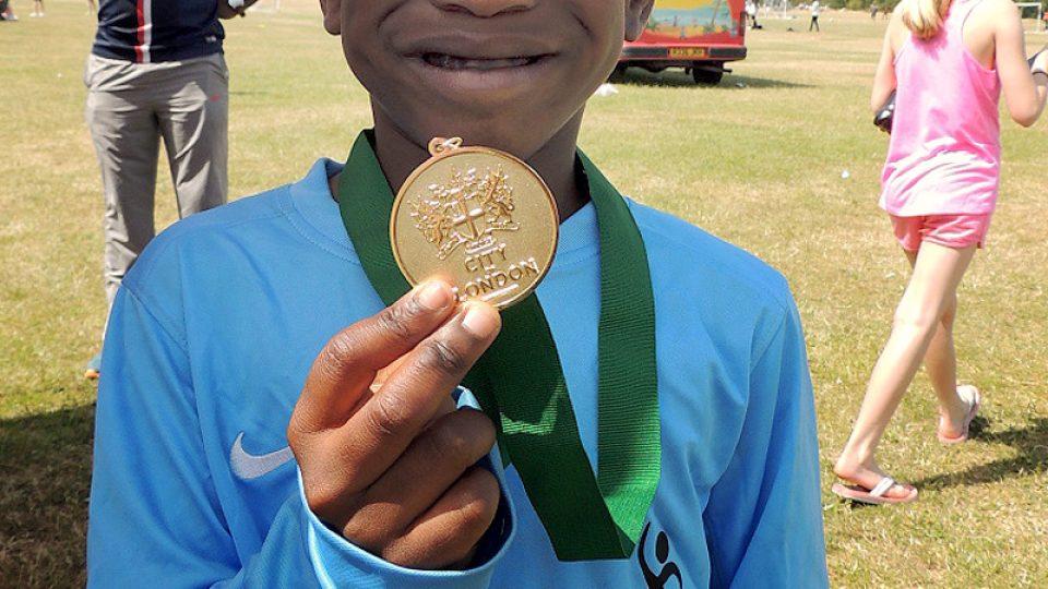 Tyler se chlubí medailí