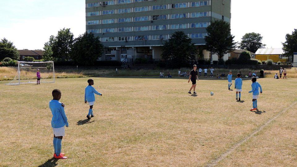 Na honosné stadiony a rovný, zelený trávník, si ještě malí fotbalisté musejí počkat