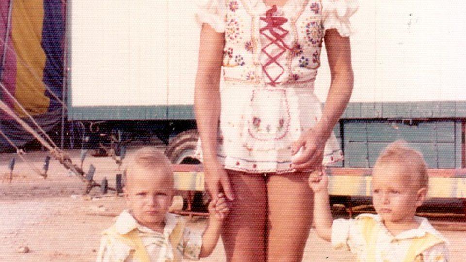 Bratři Bubeníčkové s maminkou v Thesaloniki 1976 - cirkus Humberto