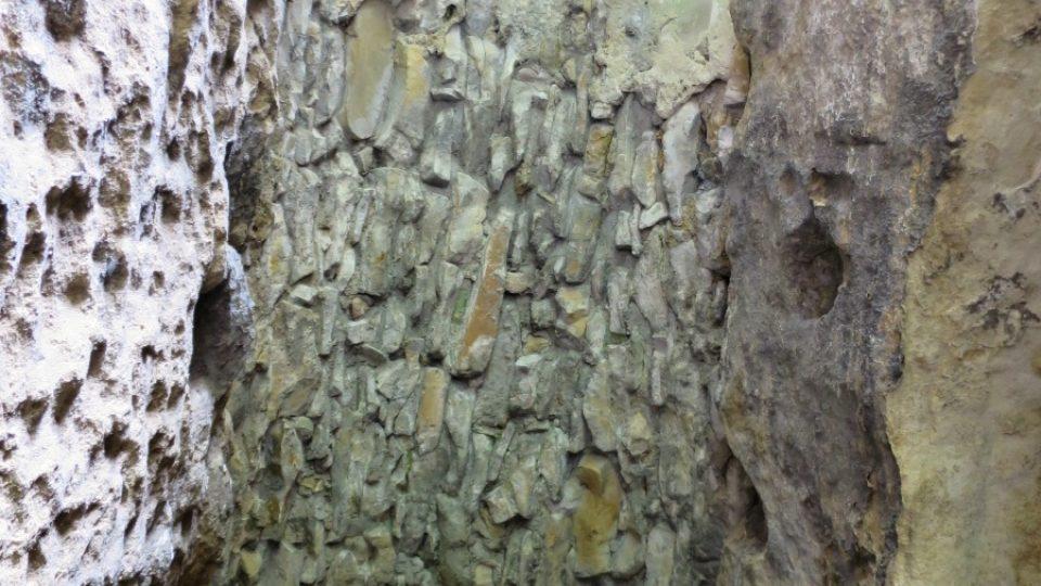 Strop z kamenů na mnoha místech propojuje oddělené skalní útvary