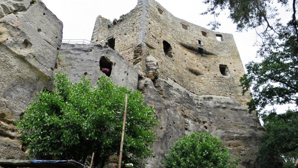 Torzo parkánu hradu Valečov, které bylo přistavěné