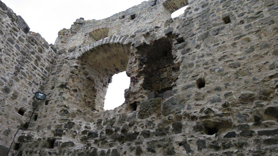 Uvnitř parkánu přistavěného z kamenů jsou dodnes patrná okna i dveře
