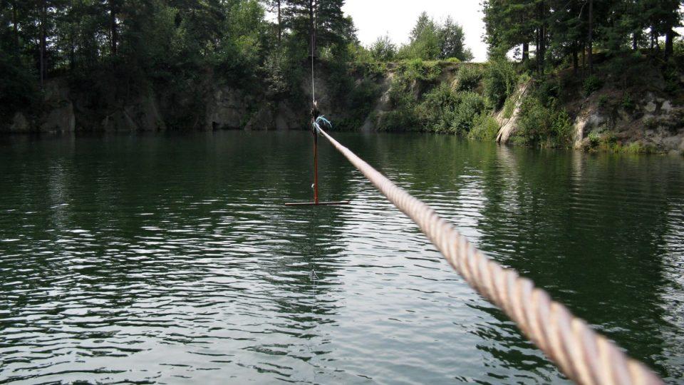 Štachlovický lom u Vidnavy je pozoruhodný i svou visutou lanovkou ze které se skáče do vody