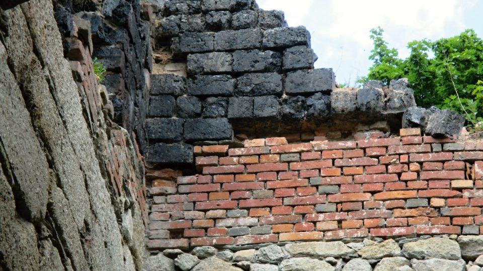 Kámen, cihly a unikátní stavebnice ze strusky