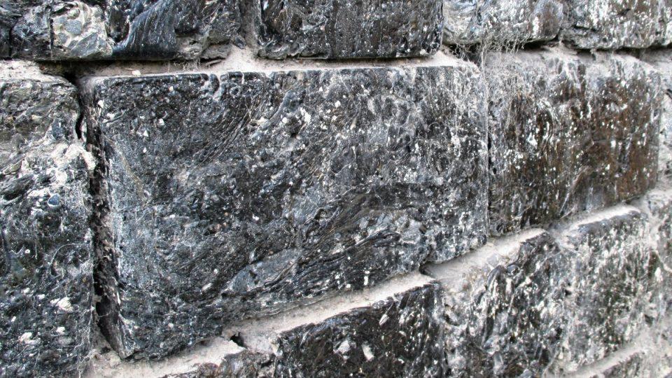 Zeď z cihel ze strusky z pece