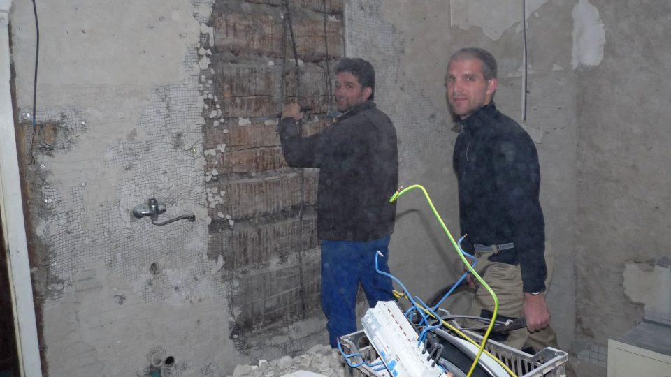 Obnovou prošel hlavně interiér (provozovatel chaty Martin Stiller na snímku vpravo)