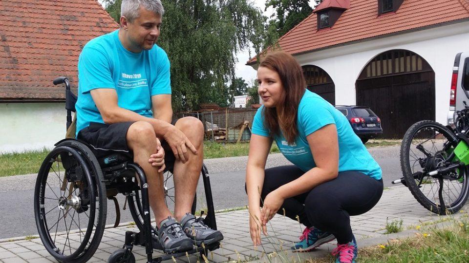 Lucie Leišová zahájila svou plavbu v Lannově loděnici v Českých Budějovicích. Pomáhá vozíčkáři Radku Duchoňovi