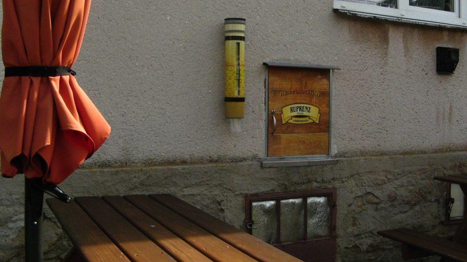 Nápadnější než samozný automat jsou slunečníky s posezením