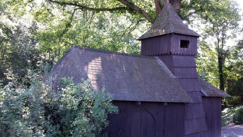 Dřevník na zahradě v podobě kostela