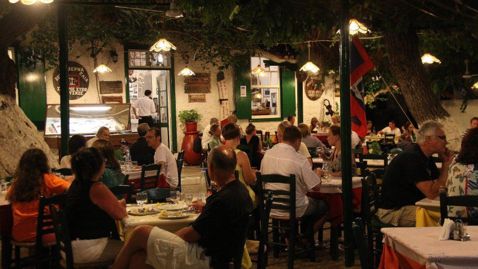 Hosté taverny Duskod Xeri Elia poslouchají hudební vystoupení. Hrají dva muži, 52tiletý George Tanasis a zejména Paoulo Iorgos, kterému je už úctyhodných osmdesát roků