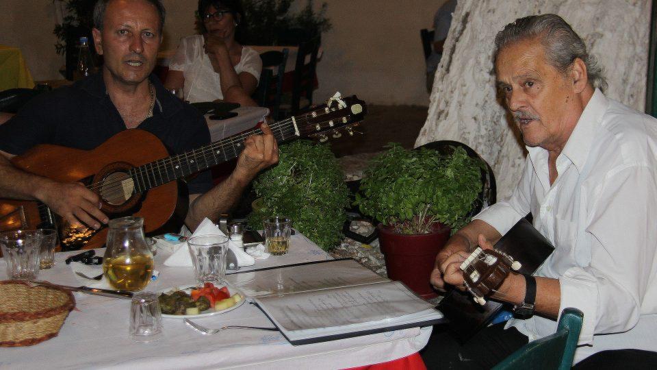 Můj otec ho potkal před dvaceti lety, a když ho slyšel, nabídnul mu možnost hrát v naší restauraci, říká majitel taverny pan Stavros