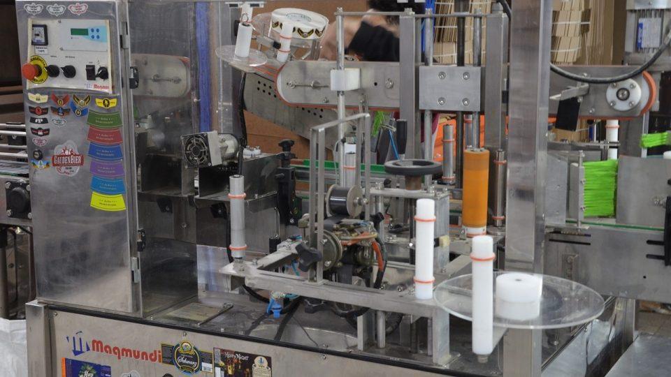 Malý etiketovací stroj mikropivovaru Curitiba