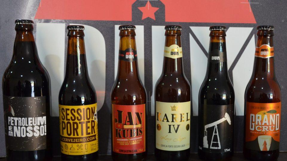 Nabídka pivovaru Dům - kromě piv se dvěma českými jmény i Petroleum, tmavé pivo s ovsem a kakaem a pomerančové, spíš dámské Grand Cru