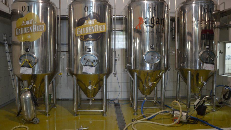Pivní tanky, kde zraje pivo několika značek