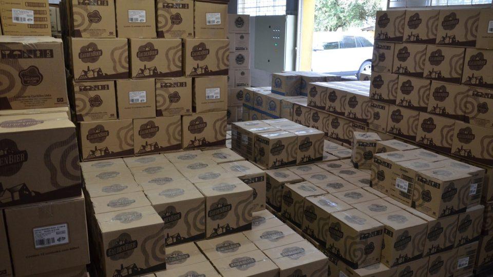 Sklad plný krabic s lahvemi piva značky Gauden Bier
