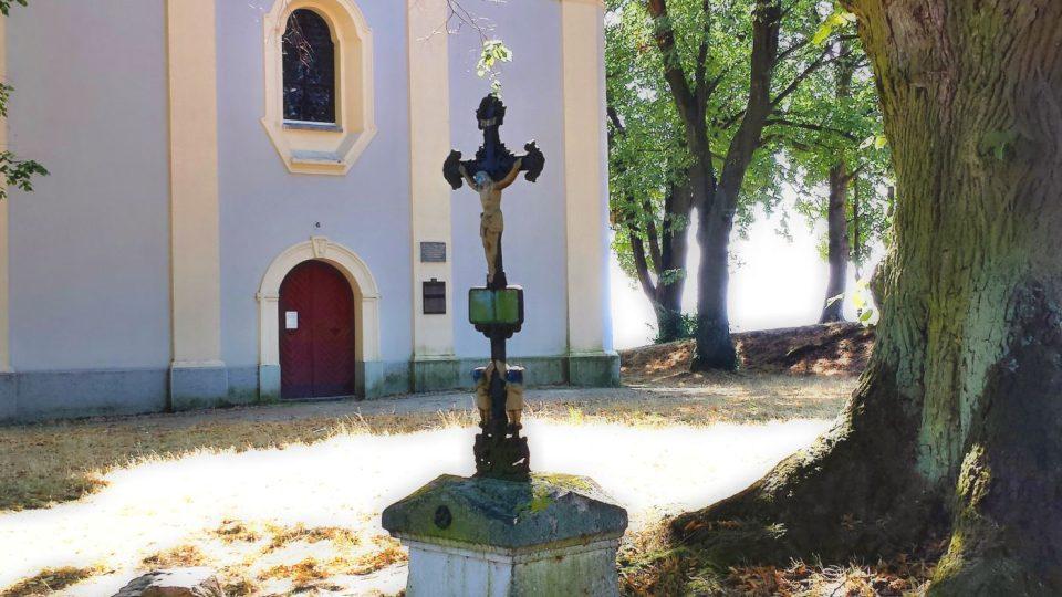 Křížek pod jednou z památných lip na Veselé hoře