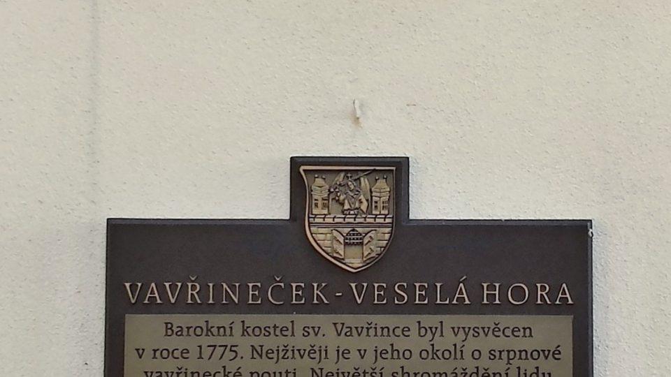 Pamětní desky vedle vchodu do kostela