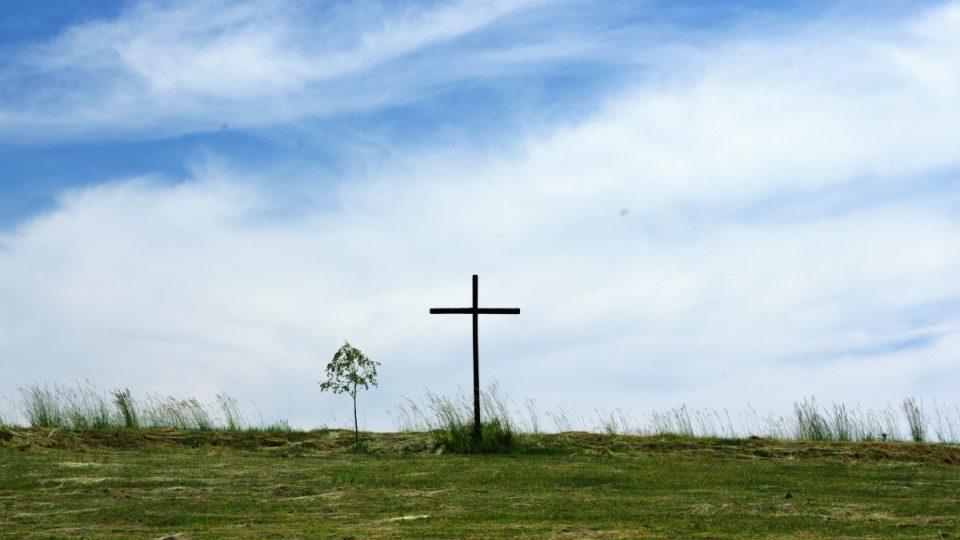Přímo nad studánkou se tyčí zdaleka vidětelný kříž
