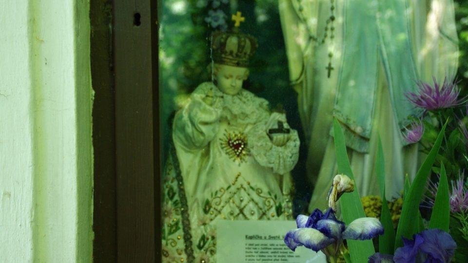 Přímo v kapličce je také soška Pražského jezulátka