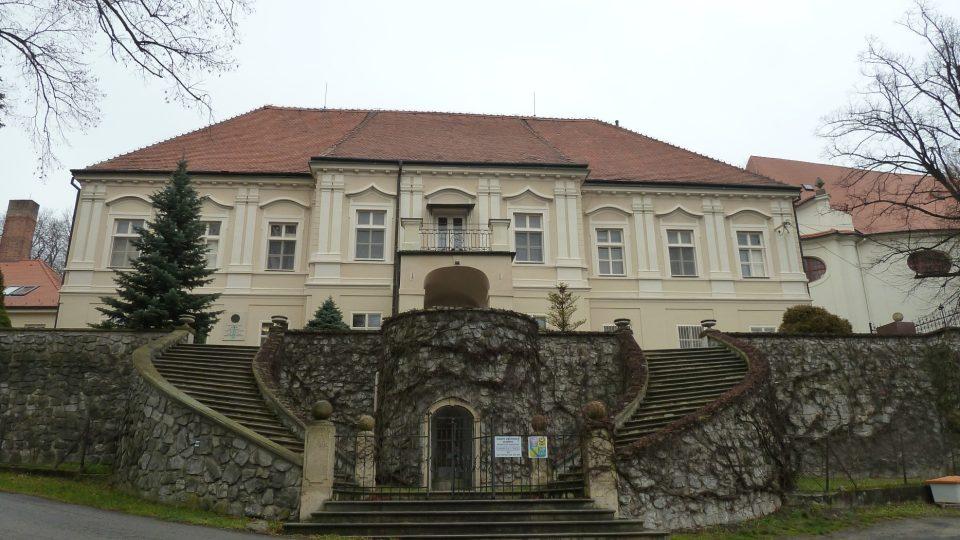 Jesenec - barokní komplex s budovou zámku a farním kostelem sv. Libora