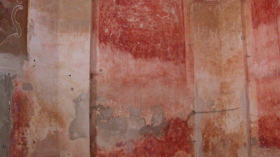 Detail kaple před restaurátorským zásahem