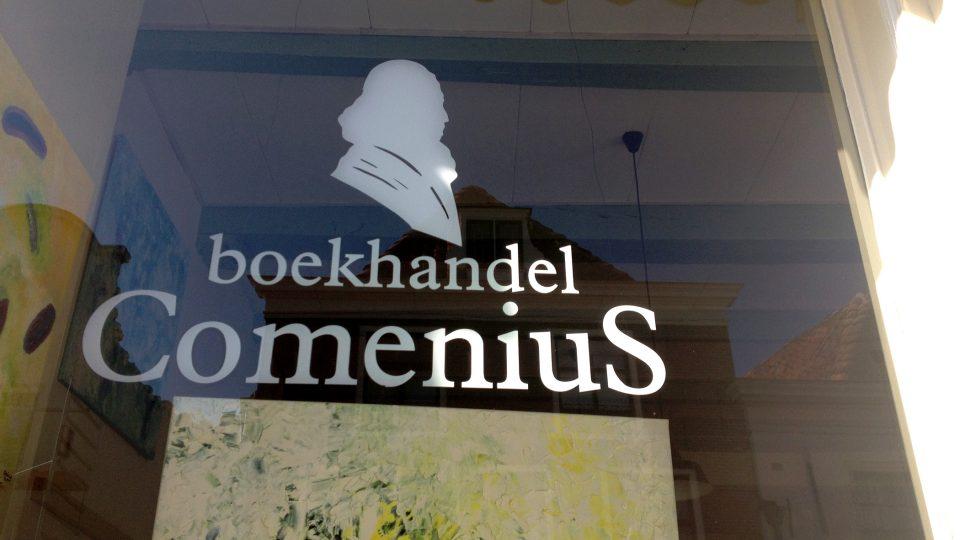 Ve výloze můžete stále vidět nápis Comenius a podobiznu Jana Amose Komenského