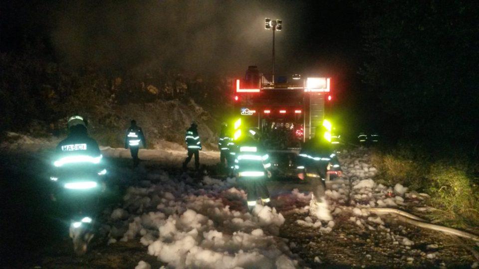 Požár skládky u obce Hůry. Hasiči použili při zásahu pěnu