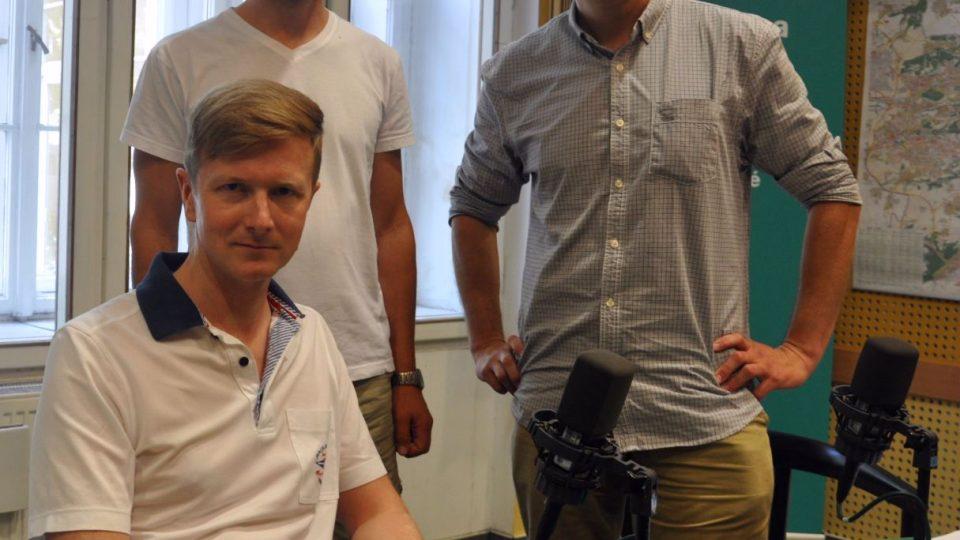 Moderátor Olda Burda ve studiu přivítal patrona ceny VIA BONA 2015 Václava Dejčmara a Jiřího Bártu, ředitele Nadace VIA