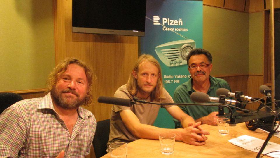 Zleva Pavel Hubený (NP a CHKO Šumava), Tomáš Peckert (CHKO Český les) a Jindřich Horáček (CHKO Slavkovský les) ve studiu Českého rozhlasu Plzeň