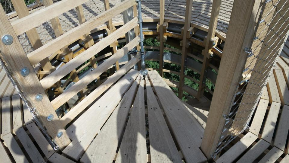 Na vyhlídkovou plošinu vás dovede točité dubové schodiště