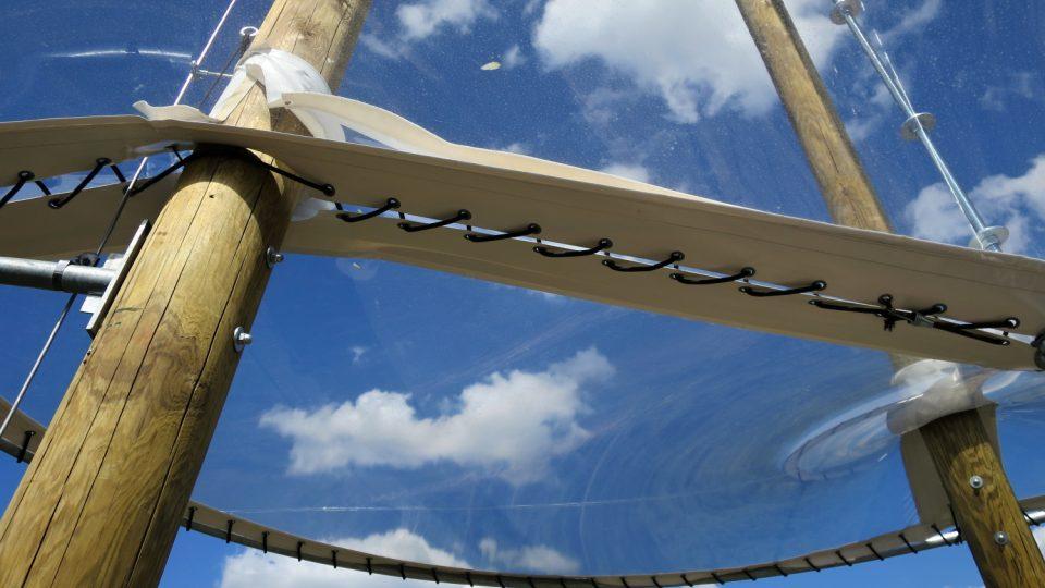 Průhledná stříška na vyhlídkové plošině umožňje pozorování nebe i ochranu v dešti