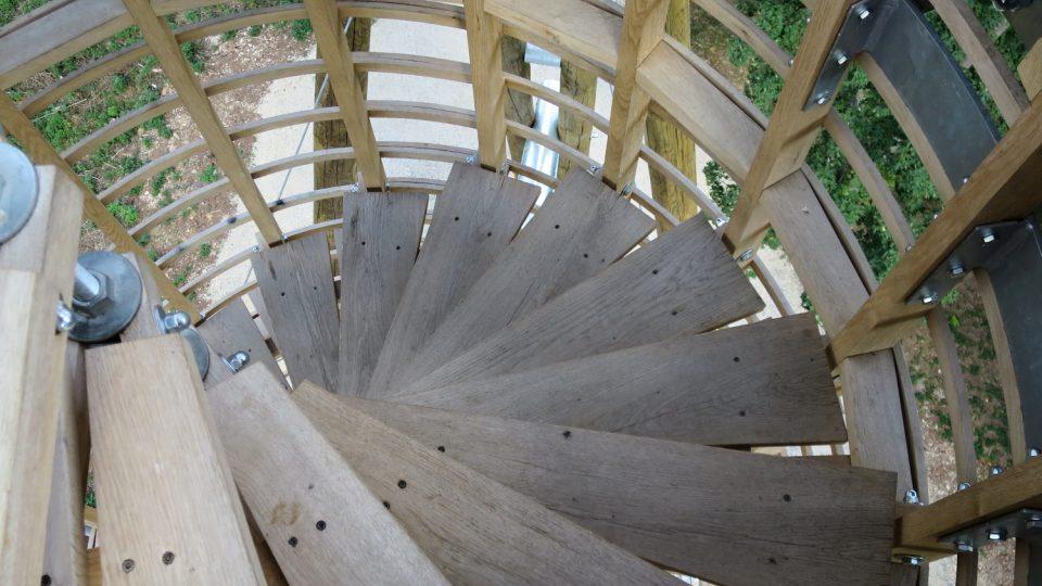Točité dubové schodiště je bezpečné a okolní dřevěné mříže tubusu umožňují při výstupu pohled do okolí