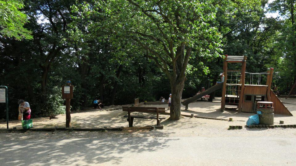 Vedle medvědária v Berouně je dětské hřiště