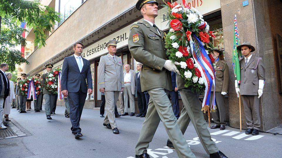 Pietní akt k výročí srpnové okupace z roku 1968 před budovou Českého rozhlasu
