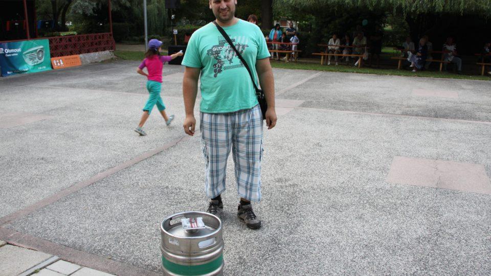 V tombole jste mohli vyhrát bečku piva